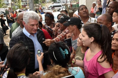 In Regla municipality, the Cuban leader examined repair works to homes along Vía Blanca Avenue.